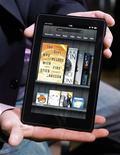 <p>El nuevo Kindle Fire durante la presentación de las nuevas tabletas de Amazon en Nueva York, sep 28 2011. La minorista Amazon.com Inc presentó su muy esperado computador de pantalla táctil el miércoles, que se venderá por 199 dólares, un precio potencialmente tan barato que puede suponer por primera vez una competencia seria para el iPad de Apple Inc. REUTERS/Shannon Stapleton</p>