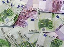 <p>Euro notes are spread out at a bank branch in Madrid January 13, 2011. REUTERS/Andrea Comas</p>