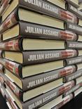 """<p>Una serie de copias de la """"autobiografía"""" no oficial del fundador de WikiLeaks, Julian Assange, al interior de una librería en Londres, sep 22 2011. Destapó los secretos de gobiernos y corporaciones. Pero hasta ahora, el fundador de WikiLeaks, Julian Assange, se oponía frontalmente a las demandas de más transparencia sobre sus asuntos personales y financieros. REUTERS/Toby Melville</p>"""