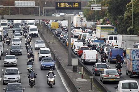 View of heavy traffic on the Paris ring road, eastern Paris, September 23, 2010. REUTERS/Charles Platiau