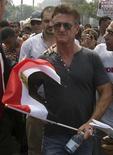 <p>El actor estadounidense Sean Penn sostiene una bandera de Egipto durante una manifestación en la plaza Tahrir de El Cairo, sep 30 2011. Penn se unió el viernes a miles de activistas egipcios que abarrotaron el centro de El Cairo exigiendo que los gobernantes militares aceleren el traspaso del poder a los civiles y pongan fin a leyes de emergencia que usó Hosni Mubarak en el pasado. REUTERS/Stringer</p>