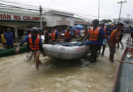 Rescuers prepare their boat as they continue their rescue operations after Typhoon Nalgae hit the Philippines, dumping heavy rain which increased flood levels in Calumpit, Bulacan province, north of Manila October 2, 2011. REUTERS/Cheryl Ravelo
