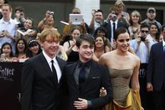 """<p>Foto de archivo de los protagonistas de la cinta """"Harry Potter y las Reliquias de la Muerte: parte 2"""" Rupert Grint, Daniel Radcliffe y Emma Watson en Nueva York, jul 11 2011. Un movimiento de varita y un cucharón situado al otro lado de la habitación se mete en una cazuela. Un movimiento de mano y un cuchillo comienza a cortar. REUTERS/Lucas Jackson</p>"""