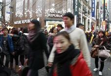 <p>People walk on the street in central Seoul in this December 19, 2010 file photo. REUTERS/Lee Jae-Won/Files</p>