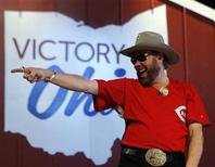 <p>Singer Hank Williams Jr. points into the crowd at a campaign rally with Senator John McCain in Columbus, Ohio October 31, 2008. REUTERS/Brian Snyder</p>