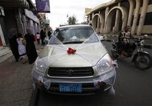 <p>A wedding car, decorated with muslin and flowers, is seen parked on a street in Sanaa, September 26, 2011. REUTERS/Ahmed Jadallah</p>