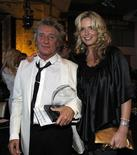 <p>El cantante Rod Stewart posa junto a su esposa, Penny Lancaster, tras recibir un premio Founder en Hollywood, abr 27 2011. Rod Stewart, el roquero de la voz raspada, publicará el próximo año sus memorias y prometió que no se guardará nada cuando detalle una carrera en la que vendió más de 100 millones de discos, sobrevivió al cáncer y a una serie de romances con rubias voluptuosas. REUTERS/Mario Anzuoni</p>