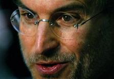 <p>Foto de archivo del ex presidente ejecutivo de Apple Steve Jobs durante el lanzamiento del servicio iTunes en Londres, jun 15 2004. Steve Jobs, uno de los fundadores de Apple Inc y ex presidente ejecutivo de la firma, murió el miércoles a los 56 años, después de perder una batalla contra el cáncer y otros problemas de salud. REUTERS/Matt Dunham/Files</p>