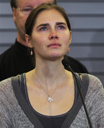 Amanda Knox pauses while speaking during a news conference at Sea-Tac International Airport, Washington after landing there on a flight from Italy October 4, 2011. REUTERS/Anthony Bolante