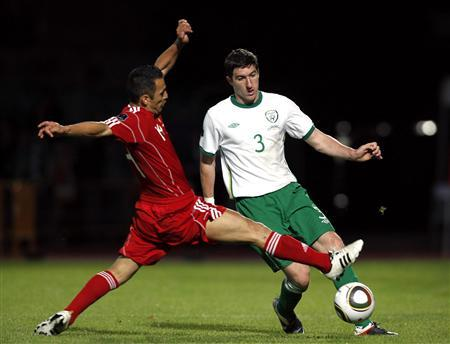 Ireland's Stephen Ward (R) fights for the ball against Andorra's Carlos Peppe during their Euro 2012 qualifying round Group B match at Estadi Comunal in Andorra October 7, 2011. REUTERS/Albert Gea