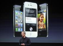 <p>Le directeur général d'Apple Tim Cook présente l'iPhone 4S. L'opérateur télécoms américain AT&T a annoncé samedi avoir reçu plus de 200.000 commandes pour l'iPhone 4S au cours des 12 premières heures de la commercialisation du nouveau combiné d'Apple. /Photo prise le 4 octobre 2011/REUTERS/Robert Galbraith</p>
