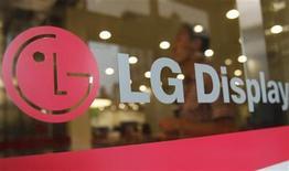 <p>Foto de archivo del logo de LG en la casa matriz de la firma en Seúl, ago 29 2011. LG, el tercer fabricante mundial de teléfonos, lanzó el lunes un nuevo aparato inteligente que opera en la red de cuarta generación de Corea del Sur, en el más reciente intento de la compañía por rescatar su deficitario negocio de móviles. REUTERS/Truth Leem</p>