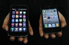 <p>Smartphones Galaxy S (à gauche) et iPhone. Si le combiné d'Apple reste la référence du marché, Samsung n'est pas dépourvu d'atouts dans la bataille que se livrent les deux groupes. Le Sud-coréen, loin d'afficher la capacité d'innovation de la firme à la pomme, compense notamment par une capacité de production très élevée et la possibilité de réduire ses coûts en utilisant des composants fabriqués par ses autres divisions. /Photo prise le 22 avril 2011/REUTERS/Truth Leem</p>