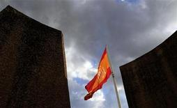 <p>A Spanish flag flutters over the Colon square in central Madrid May 28, 2010. REUTERS/Andrea Comas</p>