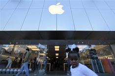 <p>Apple a annoncé mardi des résultats trimestriels inférieurs aux attentes, fait rare pour le groupe qui a souffert de ventes décevantes de son produit phare, l'iPhone. /Photo prise le 5 octobre 2011/REUTERS/Lucy Nicholson</p>