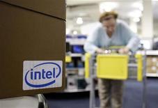 <p>Le fabricant de processeurs Intel a annoncé mardi des résultats supérieurs aux attentes des marchés, qu'il attribue à une demande importante venant des pays émergents tels que la Chine. /Photo d'archives/REUTERS/Joshua Lott</p>