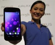 <p>Samsung a dévoilé le Galaxy Nexus, son premier smartphone équipé de la nouvelle version du système d'exploitation Android de Google, destinée à unifier les plates-formes pour les mobiles et les tablettes numériques. /Photo prise le 19 octobre 2011/REUTERS/Bobby Yip</p>