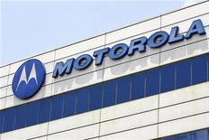 <p>Motorola Mobility a présenté mardi son nouveau smartphone, le Droid Razr et espère ainsi revenir dans la course que se livrent Apple et Samsung pour dominer le marché. /Photo d'archives/ REUTERS/Vivek Prakash</p>
