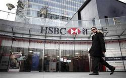 <p>A man walks past the HSBC headquarters building in Pudong financial district in Shanghai December 8, 2010. Picture taken December 8, 2010. REUTERS/Carlos Barria</p>