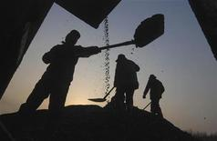 <p>People search for usable coal at a cinder dump site in Changzhi, Shanxi province March 5, 2008. REUTERS/Stringer</p>