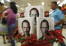 <p>Customers walk past a display of the biography of Steve Jobs, sold at a bookstore in Quezon City, Metro Manila October 24, 2011. REUTERS/Cheryl Ravelo</p>