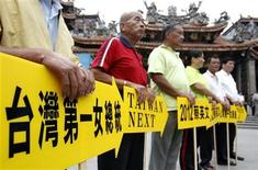 <p>Supporters of Taiwan's Opposition Democratic Progressive Party (DPP) hold placards while waiting for DPP vice presidential candidate Su Jia-chyuan to arrive in Dajia city in Taichung, central Taiwan October 12, 2011. REUTERS/Pichi Chuang</p>