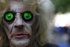 """<p>Foto de archivo de un manifestante de Occupy Wall Street disfrazado de """"zombie corporativo"""" en una marcha en Nueva York. Oct 3, 2011. REUTERS/Mike Segar</p>"""