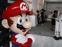 """<p>Nintendo redujo el jueves su previsión de ganancias operativas anuales por segunda vez este año hasta justo el umbral de la rentabilidad, en un momento en el que el alza del yen y débiles ventas de software le han asestado un golpe al ex campeón de los videojuegos. En la foto de archivo, """"Super Mario"""" en un salon de la empresa en Tokio. Jul 28, 2011. REUTERS/Toru Hanai</p>"""