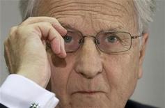 <p>Le président de la Banque centrale européenne (BCE), Jean-Claude Trichet, estime que la crise de la dette souveraine en Europe n'est pas terminée et qu'il est trop tôt pour estimer que les voyants sont revenus au vert. /Photo prise le 24 octobre 2011/REUTERS/Thomas Peter</p>