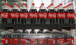 <p>Un grupo de botellas de Coca-Cola al interior de una bodega en Draper, EEUU, mar 9 2011. Los niños y adolescentes estadounidenses están viendo mucha más publicidad de bebidas gaseosas que antes, dado que los fabricantes expandieron su publicidad a internet, y la población negra e hispana es el principal objetivo de las empresas, halló un estudio publicado el lunes. REUTERS/George Frey</p>