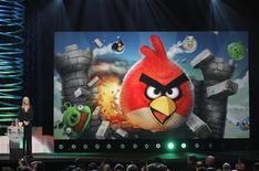 <p>Imagen de archivo de la actriz Lisa Kudrow durante el anuncio del galardón el mejor premio para móviles, otorgado a Angry Birds en los Webby en Nueva York, jun 13 2011. La firma de juegos móviles Rovio dijo el miércoles que su exitoso juego Angry Birds había alcanzado un récord de 500 millones de descargas en los menos de dos años transcurridos desde su lanzamiento. REUTERS/Lucas Jackson</p>