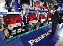 <p>A man looks at Panasonic Corp's Viera televisions displayed at an electronics store in Tokyo October 31, 2011. REUTERS/Yuriko Nakao</p>