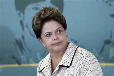 Brazil's President Dilma Rousseff attends the swearing-in ceremony for the new Sports Minister Aldo Rebelo at Planalto Palace in Brasilia October 31, 2011. REUTERS/Ueslei Marcelino