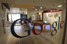 <p>Google+, le réseau social lancé par Google, propose désormais aux entreprises de créer leurs propres profils pour inciter ses utilisateurs à passer plus de temps sur le site et à rapprocher son offre de celle de son concurrent Facebook. /Photo d'archives/REUTERS/Baz Ratner</p>