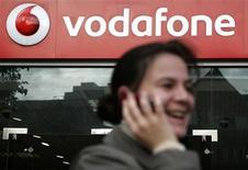 <p>Vodafone revoit en légère hausse ses prévisions annuelles à la suite de résultats semestriels supérieurs aux attentes, soutenus par la bonne tenue de l'activité dans les pays émergents et dans le nord de l'Europe. /Photo d'archives/REUTERS/Luke MacGregor</p>