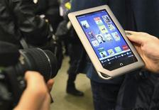 <p>Le libraire américain Barnes & Noble est entré à son tour sur le marché des tablettes numériques d'entrée de gamme avec la Nook, un modèle vendu 249 dollars (180 euros) aux Etats-Unis et disposant d'une mémoire de 16 gigaoctets. /Photo prise le 7 novembre 2011/REUTERS/Shannon Stapleton</p>