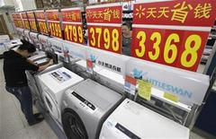 <p>Customers inspect washing machines at a supermarket in Wuhan, Hubei province November 8, 2011. REUTERS/Stringer</p>