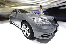 <p>A model stands next to a new Mercedes-Benz S400 Hybrid car at the Shanghai International Auto show April 20, 2009. REUTERS/ Aly Song</p>