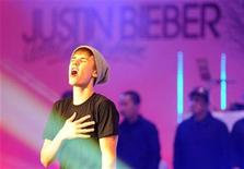 <p>Canadian singer Justin Bieber performs after switching on the Christmas lights at the Westfield shopping centre in west London November 7, 2011. REUTERS/Paul Hackett</p>