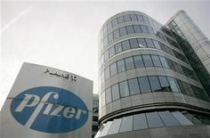 <p>Foto de archivo de la planta del laboratorio Pfizer Inc en Bruselas, ene 23 2011. Pfizer Inc, el mayor laboratorio del mundo, dijo el jueves que busca impulsar las ventas de su vacuna líder para niños Prevenar más allá de las grandes ciudades chinas, colaborando con su socio Shanghai Pharmaceutical y posiblemente generando nuevas asociaciones. REUTERS/Francois Lenoir</p>