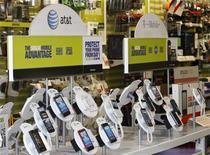 <p>Foto de archivo de unos aparadores con teléfonos de las firmas AT & T y T-Mobile en una tienda de la cadena minorista Radioshack en Los Angeles, ago 31 2011. La posibilidad de que Deutsche Telekom venda su unidad en Estados Unidos a AT&T por 39.000 millones de dólares parecía esfumarse el jueves, luego de que la empresa estadounidense dijo que podría asumir un cargo de 4.000 millones de dólares por el fracaso del negocio. REUTERS/Danny Moloshok</p>