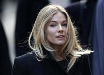 """<p>La actriz Sienna Miller a su llegada a la Corte Suprema de Londres, nov 24 2011. Miller dijo el jueves que fue puesta bajo una """"red de supervisión"""" por parte de un diario que escuchó sus mensajes y leyó sus correos electrónicos, causándole una paranoia que la llevó a acusar a familiares y amigos de filtrar historias a la prensa. REUTERS/Stefan Wermuth</p>"""