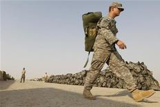 <p>A U.S. soldier from the 1st Battalion,116th Infantry Regiment, carries his bag as he prepares to pull out from Iraq to Kuwait, at Tallil Air Base near Nassiriya, 300 km (185 miles) southeast of Baghdad, August 15, 2010. REUTERS/Thaier al-Sudani</p>