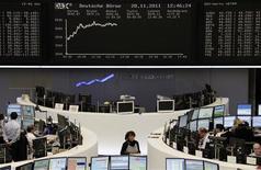 <p>Les Bourses européennes sont en nette hausse lundi à mi-séance, encouragées par l'espoir de voir les responsables européens proposer de nouvelles mesures contre la crise de la dette à l'approche du sommet européen du 9 décembre. /Photo prise le 28 novembre 2011/REUTERS/Remote/Sonya Schoenberger</p>