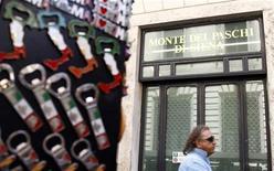 <p>La fondation qui contrôle Banca Monte dei Paschi di Siena renégocie avec ses créanciers les termes de 1,1 milliard d'euros d'emprunts, alors qu'elle cherche à maintenir son emprise sur la plus ancienne banque du monde. Selon une source proche du dossier, une cession de participation serait envisagée et intéresserait Crédit agricole et BNP Paribas. /Photo d'archives/REUTERS/Alessandro Bianchi</p>