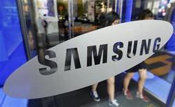 <p>Foto de archivo de un grupo de estudiantes a las afueras de un salón de muestras de la firma Samsung Electronics en Seúl, oct 28 2011. Las acciones de Samsung Electronics subieron el lunes más de un 2 por ciento el lunes después de que se rechazó la petición de Apple de prohibir la venta de la línea de productos Galaxy en Estados Unidos, aliviando las preocupaciones por un negocio que genera unos ingresos trimestrales de 13.000 millones de dólares. REUTERS/Jo Yong-Hak</p>