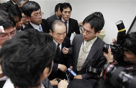 Tatsuo Kainaka (C), the head of the panel investigating Olympus Corp is surrounded by reporters after a news conference in Tokyo December 6, 2011. REUTERS/Kim Kyung-Hoon