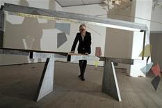 """<p>El artista británico Martin Boyce posa para una fotografía junto a su obra """"Do Words Have Voices"""", en Gateshead, Inglaterra, dic 5 2011. El favorito de todas las apuestas Martin Boyce ganó el lunes el premio Turner, uno de los galardones más prestigiosos y controvertidos del mundo del arte, dotado con 25.000 libras esterlinas (cerca de 40.000 dólares). REUTERS/Nigel Roddis</p>"""
