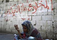 <p>A woman begs for money in the southern Yemeni city of Taiz November 17, 2011. REUTERS/Khaled Abdullah</p>