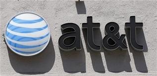 <p>Foto de archivo del logo de la firma AT&T sobre una tienda en Beverly Hills, EEUU, ago 31 2011. AT&T, la mayor compañía de telefonía móvil de Estados Unidos, dijo el miércoles que está registrando sólidas ventas de teléfonos inteligentes en el cuarto trimestre y confirmó sus previsiones para el segmento de telefonía móvil para el período octubre-diciembre. REUTERS/Danny Moloshok</p>